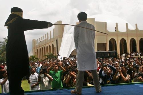 Les homosexuels désormais « passibles de coups de bâton » en Indonésie