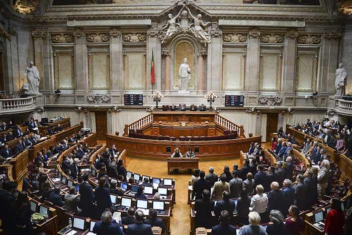 Portugal : Le Parlement vote en faveur du droit à l'adoption pour les couples de même sexe