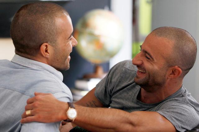 Égalité de traitement en Suisse : Vers une naturalisation facilitée pour le partenaire homosexuel « pacsé »