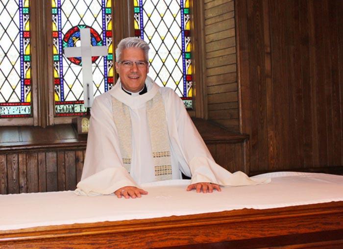 Rejeté par l'Église catholique en raison de son homosexualité, il se convertit et devient prêtre chez les anglicans