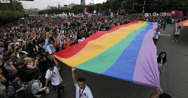 """Quelque 78,000 personnes dans les rues de Taipei pour la plus grande """"Pride LGBT"""" d'Asie"""