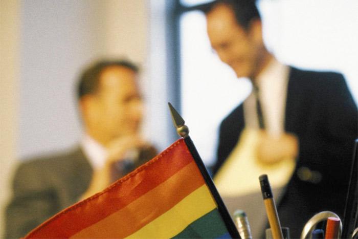 « Faire son coming out au bureau » : un sujet sensible perçu comme un « inconvénient » pour les jeunes LGBT