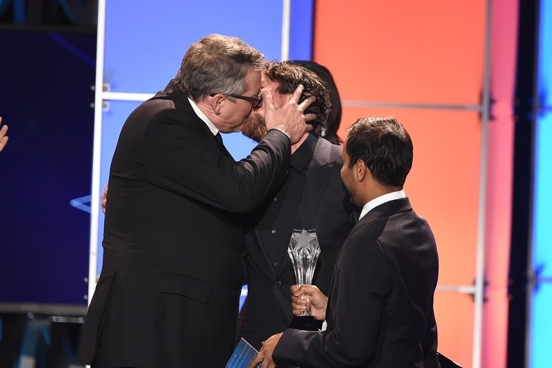 People : Le baiser passionné de Christian Bale et Adam McKay aux Critics' Choice Awards (VIDEOS)