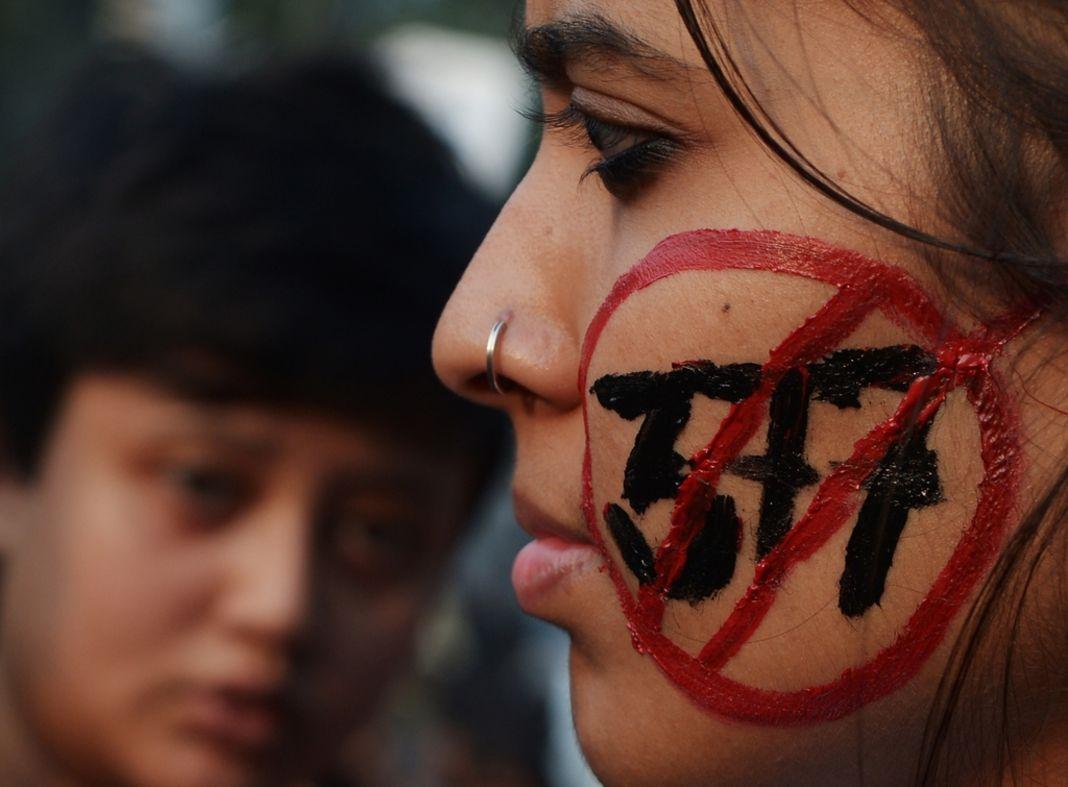 En Inde, un adolescent de 15 ans victime de harcèlement homophobe s'immole par le feu
