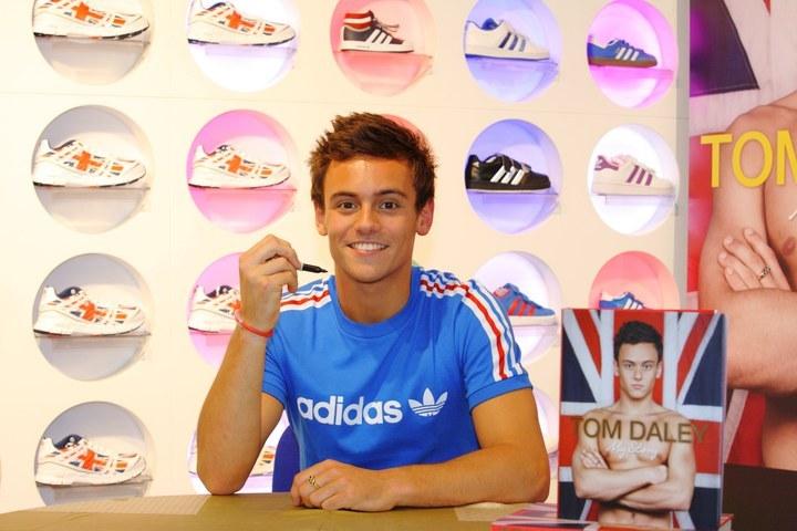 Adidas précise une clause dans ses contrats de sponsoring pour « protéger les sportifs qui font leur coming out »