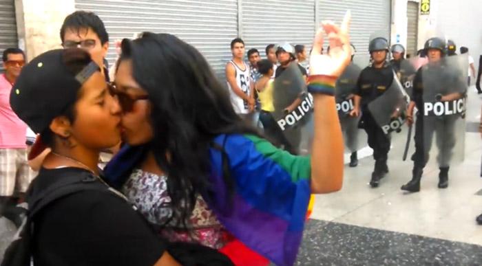 Pérou : un kiss-in « contre l'homophobie » brutalement réprimé par la police à la veille de la Saint-Valentin