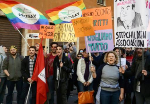 Loi sur les unions civiles négociée « a minima » en Italie : Militants homosexuels et sympathisants manifestent leur amertume