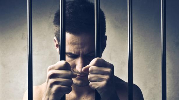 Témoignage : Si l'homophobie n'est pas l'apanage de la prison, vivre en détention est particulièrement risqué pour les homosexuels