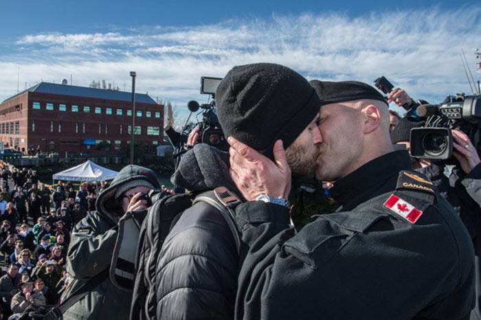 Vidéo : Baiser historique entre un marin québécois et son conjoint, après un long déploiement en mer