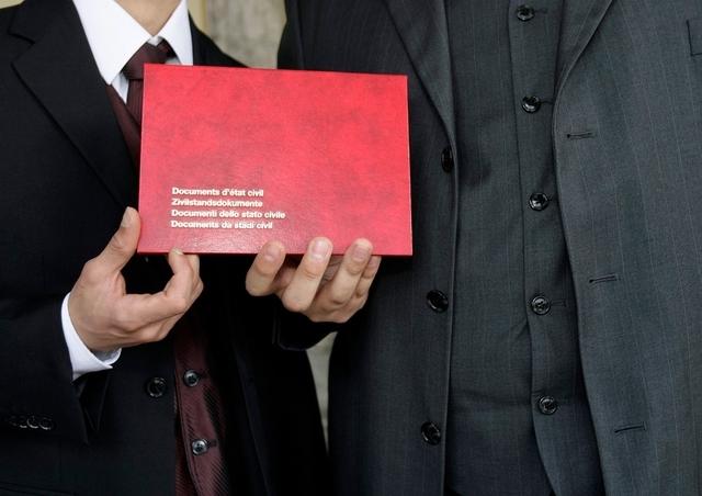 Suisse : Le Conseil national débat d'une naturalisation facilitée pour les couples de même sexe