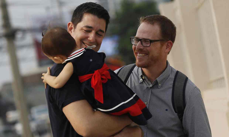 Après plusieurs mois d'attente, un couple homosexuel obtient la garde de son bébé né par GPA en Thaïlande