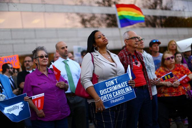 Loi discriminatoire en Caroline du Nord : la contestation des entreprises et personnalités ne faiblit pas !