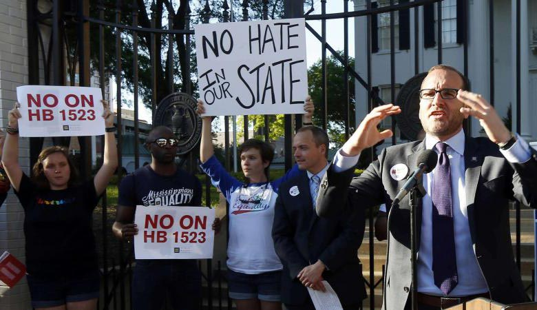 Le gouverneur républicain du Mississippi promulgue une loi discriminatoire à l'égard des homosexuels