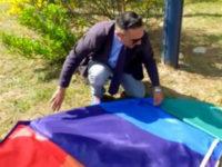 A Montpellier, un élu municipal ex-FN, « enterre » le drapeau arc-en-ciel pour « dénoncer le lobby LGBT »