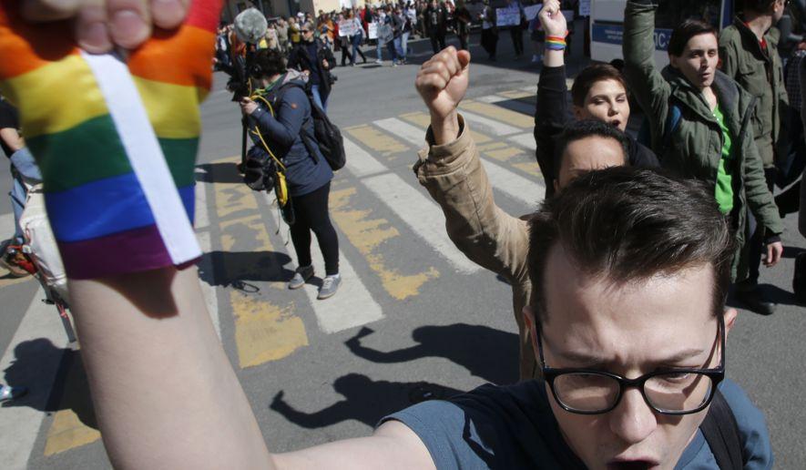 Des militants LGBT vivement réprimés à Saint-Pétersbourg lors du grand défilé de la Fête du travail (VIDEOS)