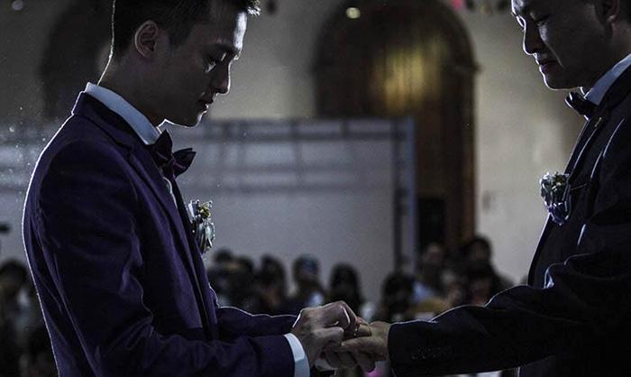 Chine : un couple homosexuel officialise son union en dépit du refus de l'état de leur reconnaître le droit de se marier (PHOTOS)