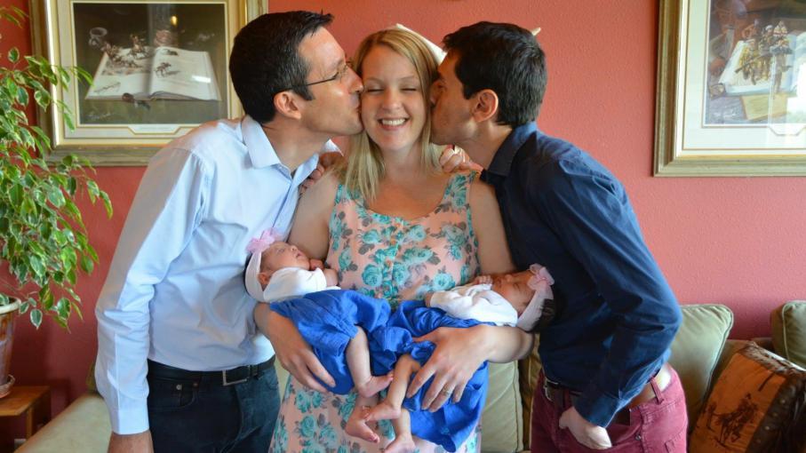 Un an après la naissance de leurs jumelles par GPA, Bruno et Christophe témoignent de leur parcours (VIDEO)