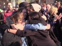 Kiss-in contre l'homophobie à Montréal : Des centaines de personnes réunies en soutien à un couple agressé (VIDEOS)