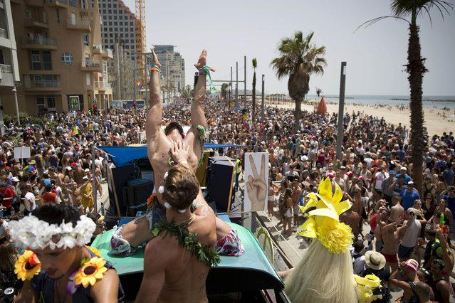 Israël : Plus de 200 000 personnes dans les rues de Tel Aviv pour une Pride sous haute protection (VIDEOS)