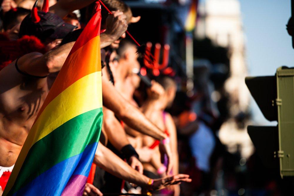 Gay Pride madrilène : une « ola » en mémoire des victimes d'Orlando, « Ils sont notre famille » (VIDEOS)