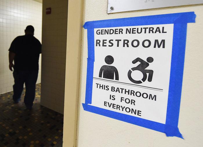Au Texas, un juge bloque une directive autorisant les élèves transgenres à utiliser les toilettes de leur choix