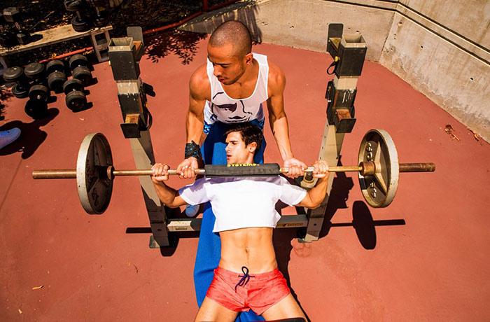 Grindr lance sa collection de prêt-à-porter « Varsity », au profit de la lutte contre les LGBTphobies dans le sport