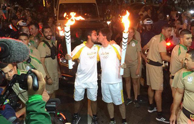 JO de Rio 2016 : le parcours de la torche Olympique enflammé par un « baiser gay », historique !