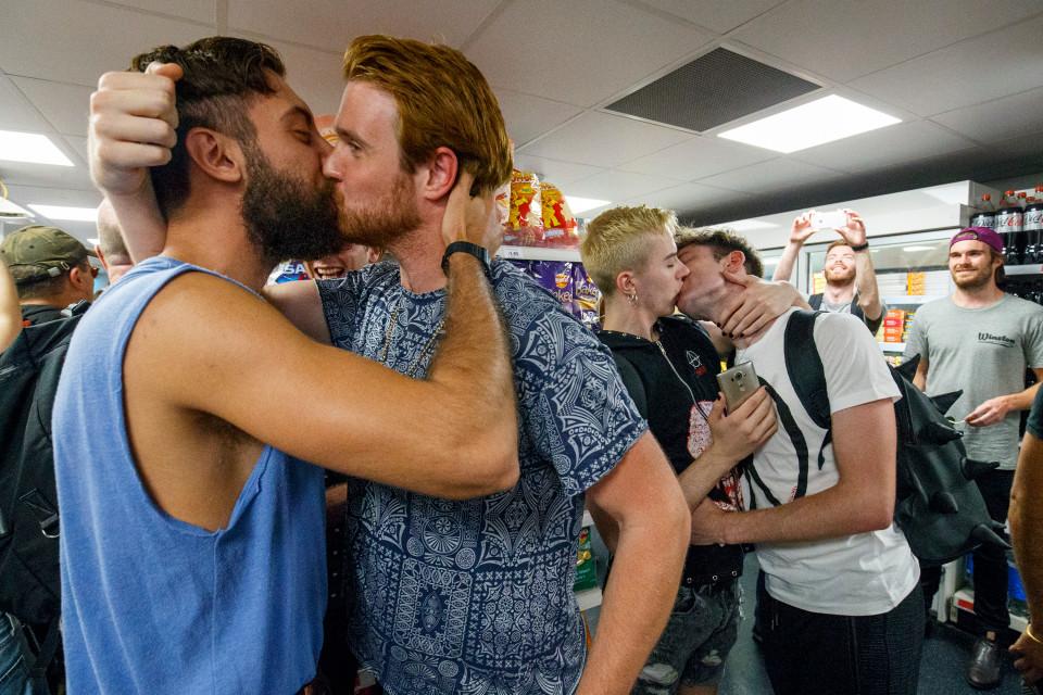 Londres : un « Kissathon » en solidarité avec un couple gay « refoulé » d'un supermarché (VIDEO)