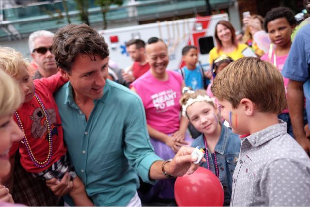 Plus d'un demi-million de participants à la Pride de Vancouver, ouverte par Justin Trudeau, venu en famille (VIDEOS)