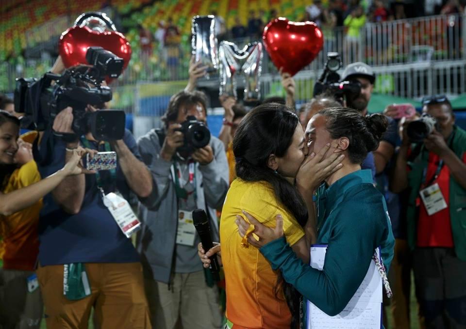 Une première dans l'histoire des JO : la rugbywoman Isadora Cerullo dit oui à sa fiancée sur le terrain (VIDEO)