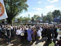 « Bride Pride » : 53 couples réunis à Provincetown pour tenter d'établir la plus grande cérémonie de mariage lesbien