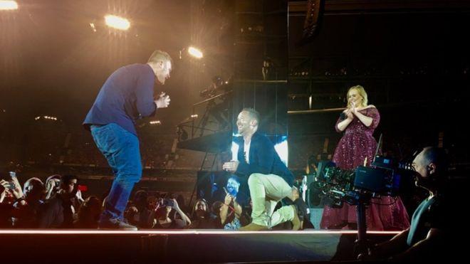 Invité surprise à Melbourne : Un couple gay fait sa demande en mariage en plein concert d'Adele (VIDEOS)