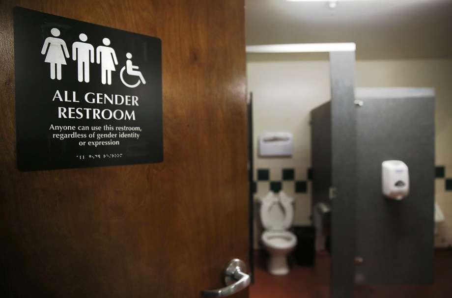 La Cour suprême refuse de se pencher sur la « bataille des toilettes » et renvoie l'affaire en appel