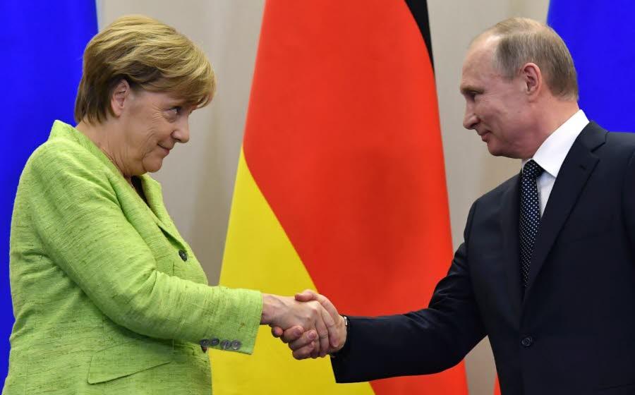 En visite à Sotchi, Merkel interpelle Poutine sur le sort des homosexuels en Tchétchénie (VIDEOS)