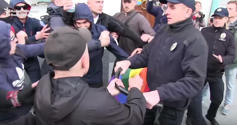 Ukraine : des manifestants LGBT agressés par des hooligans en pleine Journée de l'IDAHOT (VIDEO)