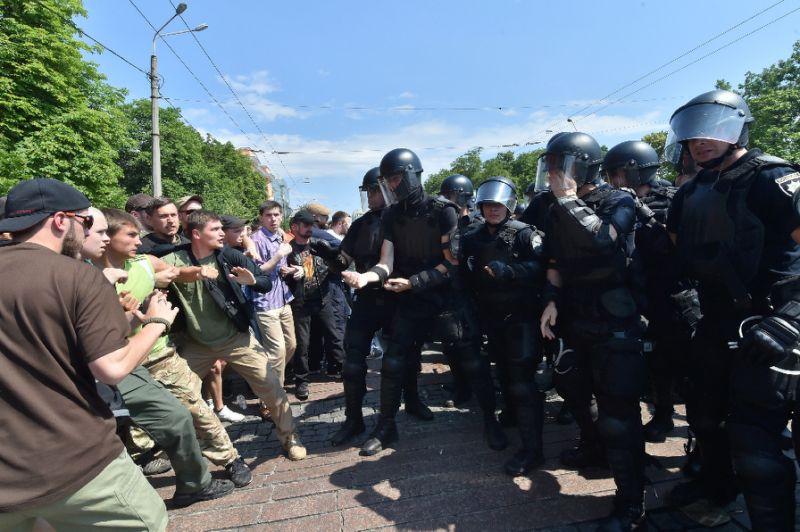 2.500 participants à la Pride de Kiev, protégés par plus de 5.000 policiers et membres de la Garde nationale (VIDEO)