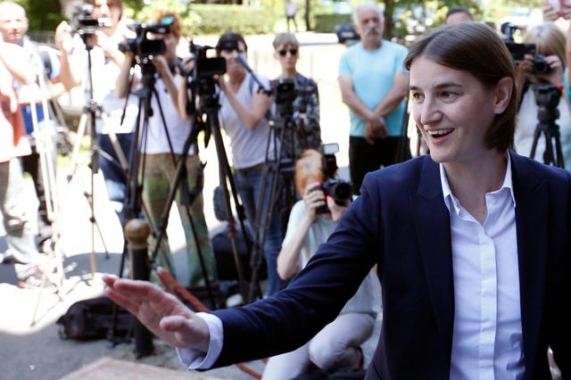 Lesbienne, pro-européenne, Ana Brnabic, première femme investie à la tête du gouvernement Serbe (VIDEO)