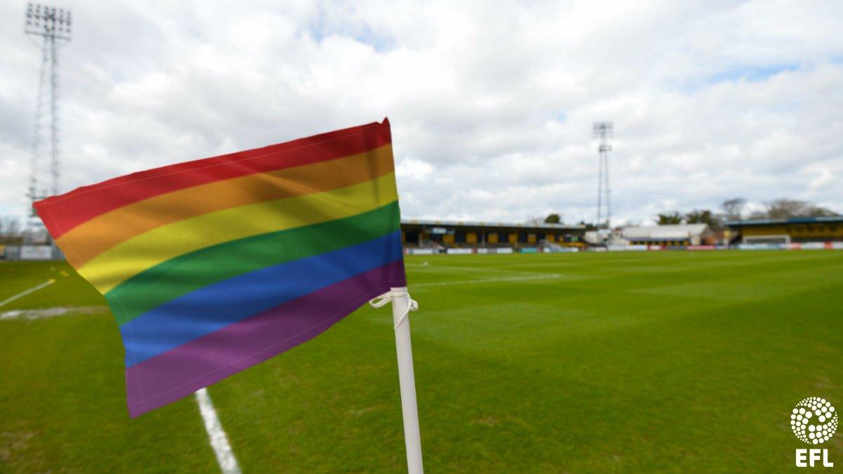 Diversité et inclusion : la ligue anglaise de football réitère ses engagements avec brassards, filets et drapeaux arc-en-ciel