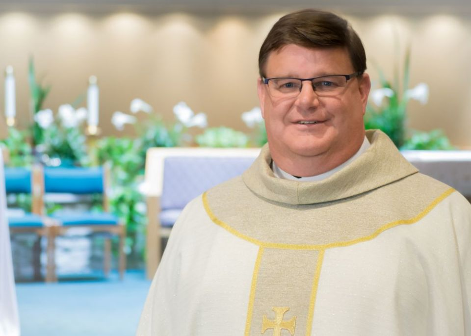 Il fait son coming-out en pleine homélie pour ses 25 ans de sacerdoce et « briser l'omerta » (VIDEO)