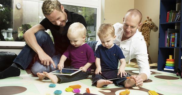 Adoption pour tous : depuis 2013, « seule une poignée de couples homosexuels ont accueilli un enfant »