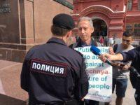 Moscou : Le britannique Peter Tatchell placé en détention provisoire et libéré après une manifestation pro-LGBTQ (VIDEOS)