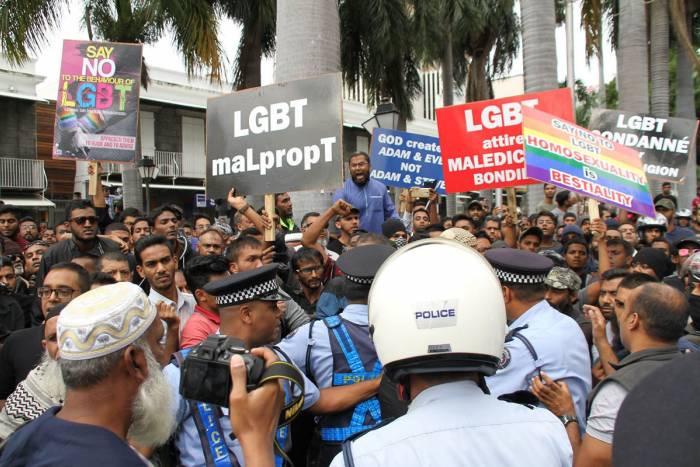 Maurice : cinq personnes interpellées après la manifestation illégale contre la Marche des fiertés de Port-Louis (VIDEOS)