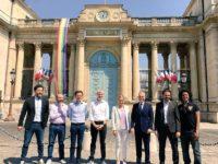 Une des banderoles arc-en-ciel « pavoisant » l'Assemblée nationale dégradée : L'auteur interpellé, plainte déposée !