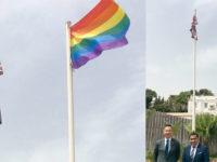 Un drapeau arc-en-ciel sur l'ambassade du Royaume-Uni en Algérie pour célébrer les droits LGBT