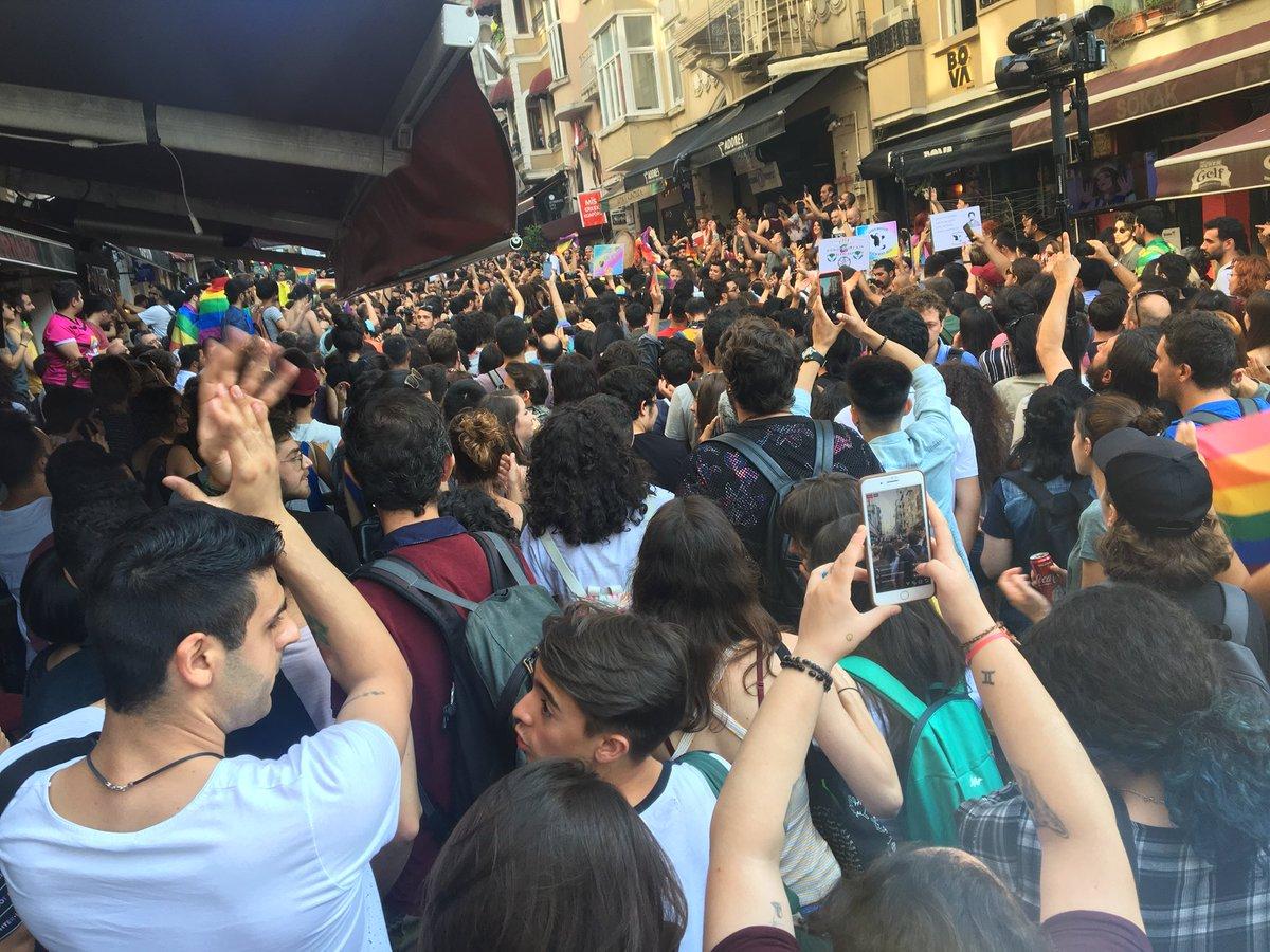 Turquie : La pride d'Istanbul dispersée à coups de gaz lacrymo, usage de chiens et matraquage (VIDEOS)