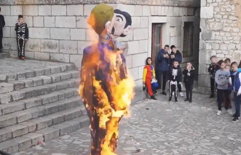 L'effigie d'une famille arc-en-ciel incendiée lors d'un carnaval en Croatie (VIDEO)