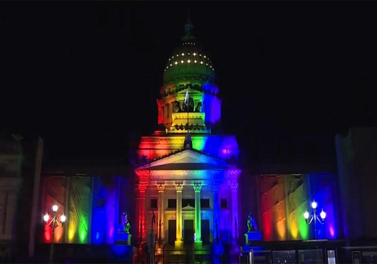 Buenos Aires aux couleurs de l'arc-en-ciel pour célébrer les 10 ans du mariage pour tou·te·s (VIDEO)