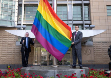 En Russie, le drapeau arc-en-ciel hissé par des ambassades occidentales