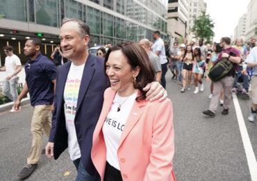 Kamala Harris,  première vice-présidente américaine en exercice à participer à une marche des fiertés LGBT+